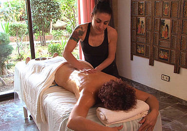 Ayurveda-massage tijdens een ayurveda-kuur in Port Salvi aangeboden door SIS Spa In Spain